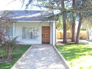 Villa a 20 minutos de Madrid con piscina y jardin - Colmenar Viejo vacation rentals