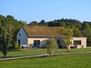 Lovely 3 bedroom Montbard House with Satellite Or Cable TV - Montbard vacation rentals