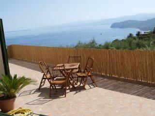 Appartamento in Villa con panorama sul mare. Wi-Fi - Gioiosa Marea vacation rentals