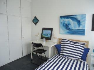 Chambre claire + SbB privative+wc - Fontenay-le-Fleury vacation rentals