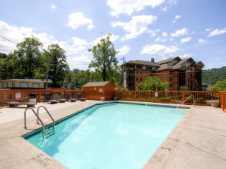 New Listing! Handsome 3BR Gatlinburg Condo w/Wifi, Mountain Views & Community Pool - Close Proximity to Downtown, Outdoor Activities & Much More! - Gatlinburg vacation rentals