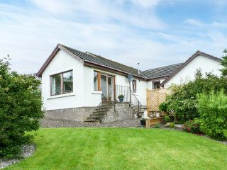 WINDYWHISTLE COTTAGE, semi-detached, off road parking, lawned garden, in Crieff, Ref 935918 - Crieff vacation rentals