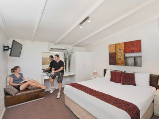 Charming 1 bedroom Glenelg Apartment with Internet Access - Glenelg vacation rentals