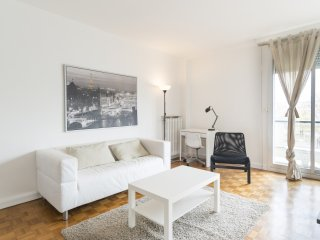 Spacious 2-BR Apt with Balcony - Saint-Mande vacation rentals