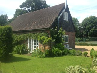 Rural coach house cottage with tennis court - Peasmarsh vacation rentals
