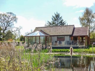 DRAGONFLY LODGE, ground floor lodge, pet-friendly, enclosed decking, sun room, nr Dereham, Ref 932371 - Dereham vacation rentals