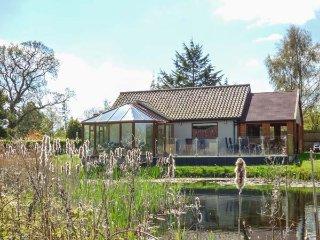 DRAGONFLY LODGE, ground floor lodge, pet-friendly, enclosed decking, sun room, nr Dereham, Ref 932371 - Dereham vacation rentals