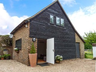 PUMP HOUSE, hot tub, pet-friendly, enclosed lawned garden, Hailsham, Ref 932577 - Hailsham vacation rentals