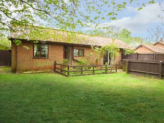 HAVEN FARM COTTAGE, single-storey, detached cottage, pet-friendly, enclosed - Bardwell vacation rentals