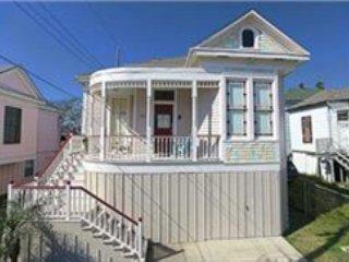2 Blocks to the Beach, 3 BR, 2 BA plus huge bonus room, Sleeps 10, Wi-Fi - Galveston Island vacation rentals