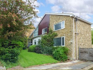 3 STONE RINGS CLOSE, detached, pet-friendly, private garden, open fire, WiFi, Harrogate, Ref 935319 - Harrogate vacation rentals