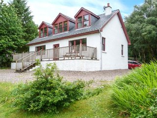 CLEARWATER HOUSE, detached, open fire, garden, WiFi, coast and beach 3 mins, Glenuig, Ref 935391 - Glenuig vacation rentals
