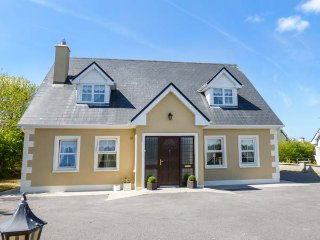 7 GREEN HILL, detached, open fire, private garden, in Boyle, Ref 937613 - Boyle vacation rentals