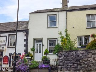 WREN'S NEST, Grade II listed, pet-friendly, close to amenities, in Dalton-in-Furness, Ref 940094 - Dalton-in-Furness vacation rentals