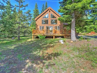 New Listing! 'Thimbleberry Cabin' 2BR Lake of the Woods Cabin w/Wifi, Private Patio & Majestic Mountain Views - Close to Exciting Outdoor Activities! - Keno vacation rentals