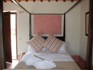 Apartment, four-poster bed, pool, garden & views - San Ginesio vacation rentals