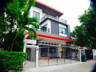 4 BR Modern HOME / BTS / WiFi / Local Environment - Bangkok vacation rentals