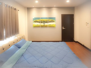 Book 2 double rooms FREE 1 single rm / BTS / WiFi - Bangkok vacation rentals