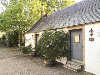 SWEETPEA COTTAGE, single-storey accommodation, woodburner, walled garden, Wiston near Biggar Ref 927592 - Biggar vacation rentals