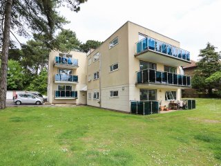 2 bedroom Apartment with Internet Access in Bournemouth - Bournemouth vacation rentals