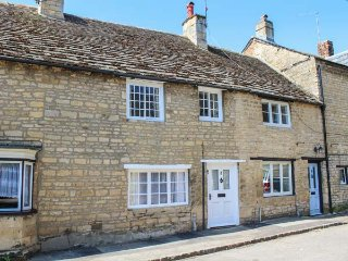 WOODTURNER'S COTTAGE, terraced, romantic, enclosed patio, WiFi, nr Stamford, Ref 933814 - Stamford vacation rentals