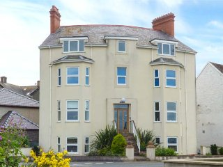 GWYLANEDD TWO, duplex apartment, king-size double, WiFi, sea views, in - Llanfairfechan vacation rentals
