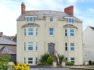 GWYLANEDD TWO, duplex apartment, king-size double, WiFi, sea views, in Llanfairfechan, Ref 939530 - Llanfairfechan vacation rentals
