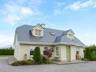 REEKS COTTAGE en-suites, detached, open fire, close to beaches, in Killorglin Ref 938803 - Killorglin vacation rentals