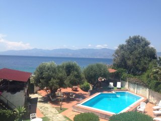 Splendido appartamento con piscina vista mare - Gallico Superiore vacation rentals