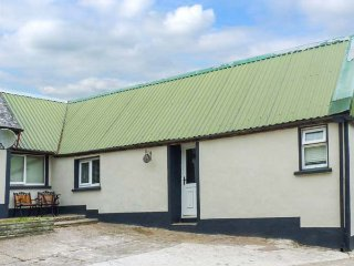 CHERRYMOUNT COTTAGE, ideal for two people, WiFi, open plan, shared lawned garden, Youghal, Ref 923538 - Youghal vacation rentals