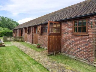 THE RACING STABLES, converted stable, single-storey, off road parking, lawned garden, Bodle Street Green, Ref 933198 - Bodle Street Green vacation rentals