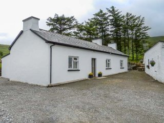 DENIS'S COTTAGE, all ground floor, woodburning stove, parking, gravel garden, in Ardara, Ref 935042 - Ardara vacation rentals