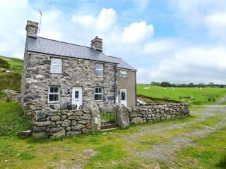 ISALLT BACH, rural retreat, woodburner, pet-friendly, Porthmadog, Ref 939210 - Porthmadog vacation rentals