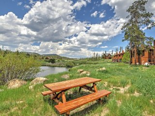 New Listing! Beautiful 2BR Grand Lake Condo w/Wifi, Gas Fireplace, Huge Private Deck & Panoramic Views - Easy Access to Skiing, Hiking, Lake Granby & Rocky Mountain Nat'l Park! - Grand Lake vacation rentals