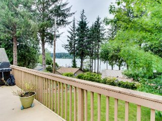 Lakeside house on Siltcoos Lake w/gorgeous views, near beach access - Florence vacation rentals