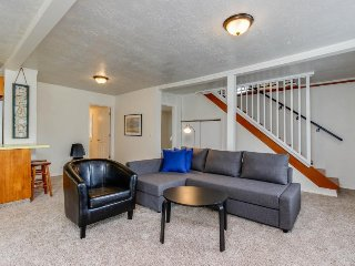 Bright, dog-friendly cottage w/ nearby beach access, great location - Lincoln City vacation rentals