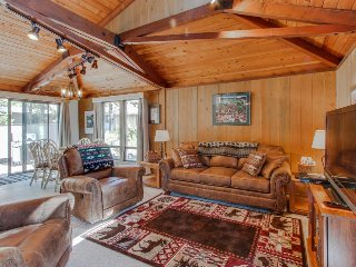 Cozy, family-friendly cabin w/ private hot tub & SHARC passes - Sunriver vacation rentals