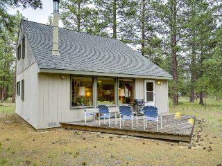 Cozy cabin w/ shared pool, tennis courts, near town & wilderness - Sisters vacation rentals