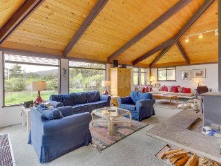 Short walk to Shell Beach, dog-friendly, hot tub & shared pool! - Sea Ranch vacation rentals