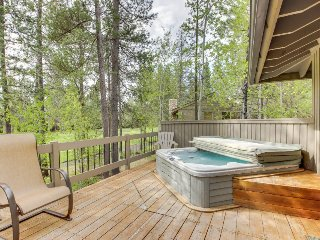 SHARC passes, private hot tub, chef's kitchen, and a game room! - Sunriver vacation rentals