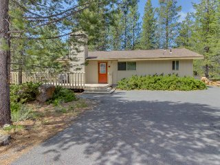 Cozy Sunriver home w/private hot tub & large deck, SHARC passes - Sunriver vacation rentals