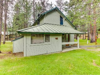 Cozy, family-friendly Sunriver home with shared pool - close to town - Sunriver vacation rentals