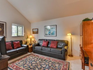 Second-floor studio condo w/ shared pool, close to golf & shopping! - Sunriver vacation rentals