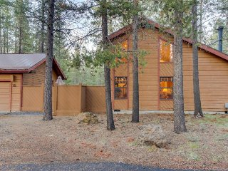 Cabin-style house w/ a private hot tub and SHARC access! - Sunriver vacation rentals