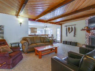 Cozy cabin w/ entertainment, easy access to beach, skiing & more! - Big Bear City vacation rentals