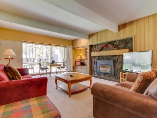 Cozy condo w/ private hot tub & SHARC passes - great location! - Sunriver vacation rentals