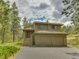 Enjoy a private hot tub & SHARC passes at this perfectly located home! - Sunriver vacation rentals
