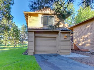 Updated townhome w/ golf course views & private hot tub - great location! - Sunriver vacation rentals