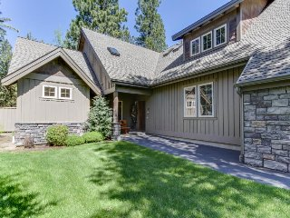 Great kitchen, private hot tub, and near the Village at Sunriver! - Sunriver vacation rentals