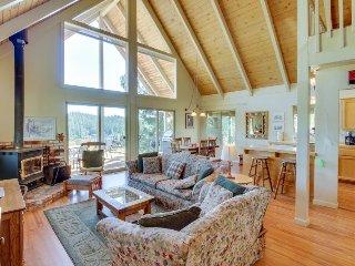 A-frame home w/ stunning lake views, huge deck, shared pool + near Yosemite! - Groveland vacation rentals